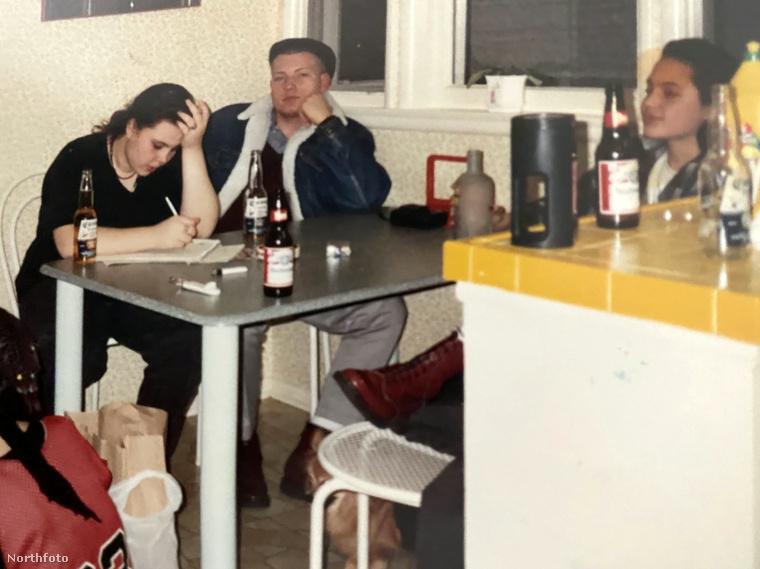 Néhány kép egészen olyan, mintha tizennégy éves Jolie akár a Havanna lakótelepen, egy panellakásban is járhatott volna rajtuk, pedig hát Beverly Hillsben nőtt fel.