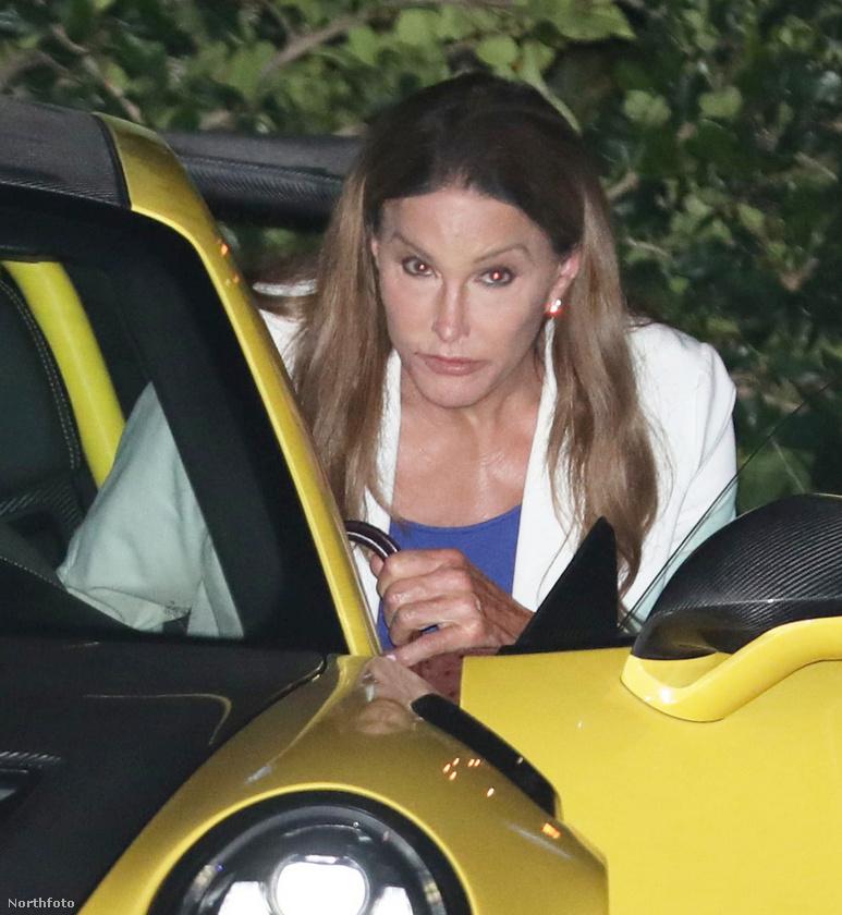 Mi azonban inkább arra tippelünk, hogy Jenner nemes egyszerűséggel nem fért el kényelmesen a csilliárdokat érő járműben.