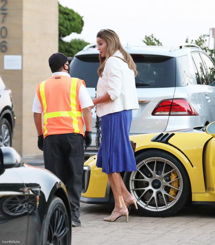 Íme egy hétköznapi ember, és Caitlyn Jenner, aki talán épp arról panaszkodik a parkolóőrnek, milyen apró játékautót sikerült újítania, és talán le kellene cserélnie egy nagyobbra - vagy legalább az ülést koccanásig hátratolnia.