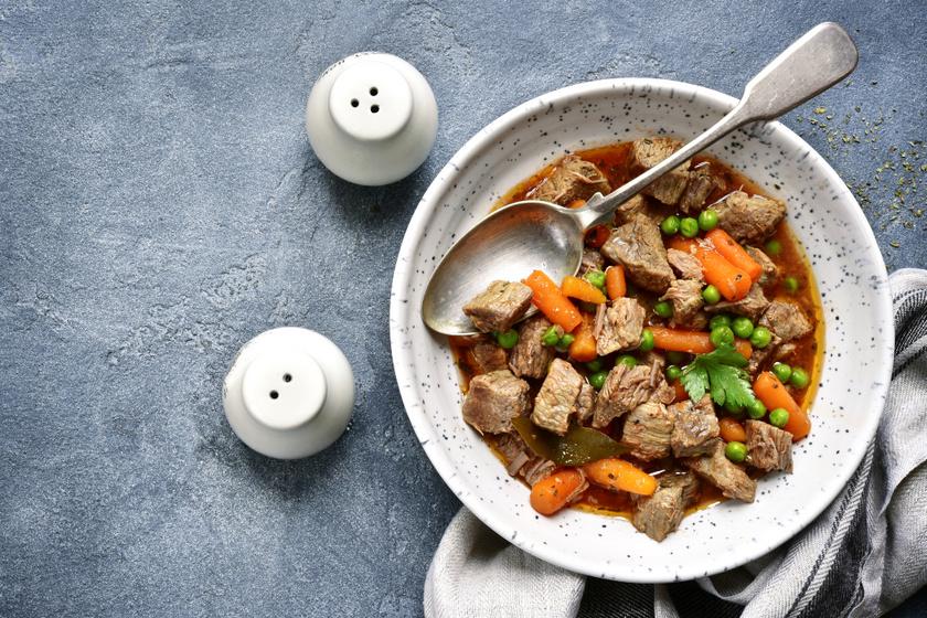 Sörös, fűszeres sertésragu jó sűrűn: a hús szinte szétolvad a szájban