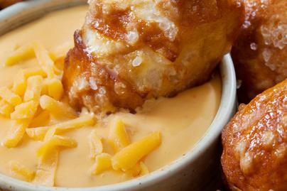 Selymes sörös sajtszósz rengeteg cheddarral – Szuper mártogatós nem csak nachos mellé