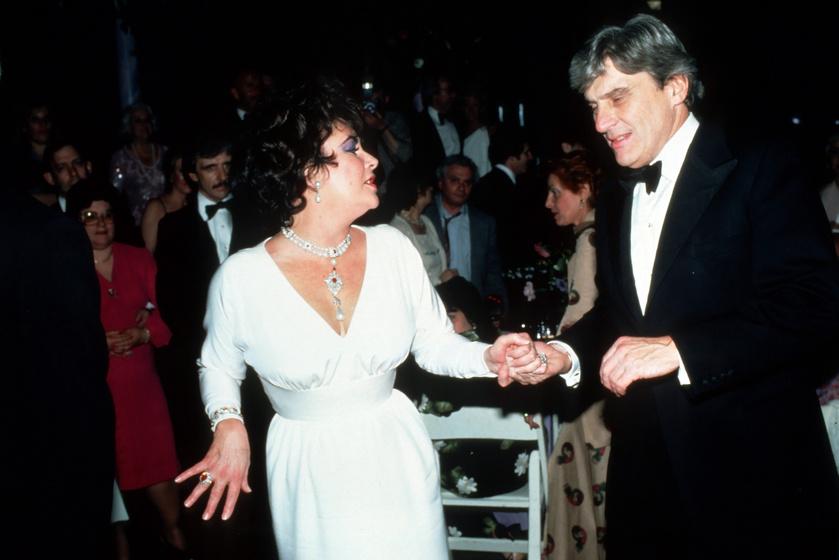 Elizabeth Taylor és férje, az Egyesült Államok szenátora, John Warner. Taylor nyakában az ékszer.