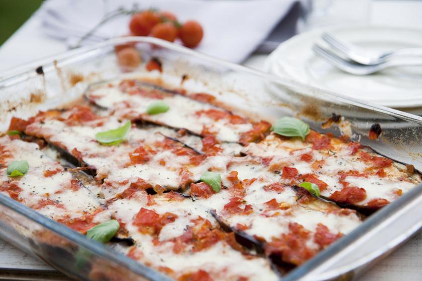 A padlizsán a mozzarellával és a paradicsommal remek hármast alkot, és csupán 300 kalória egy adag belőle. Fűszerek közül használj fokhagymát, oregánót, bazsalikomot, egy csipet sót és borsot. A receptet ide kattintva találod.