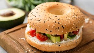 Kecskesajt-cukkini-csirke burger nyárra – különleges, és egy grillen összedobható