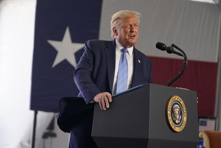 Donald Trump amerikai elnök beszédet mond a Double Eagle Energy olajkitermelő cég Texas állambeli Midlandban lévő üzemében 2020. július 29-én.