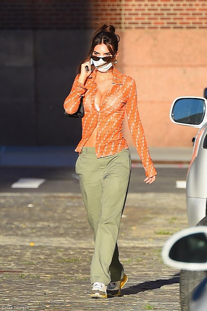 Így tett Emily Ratajkowski is, szúrósan átnézve a napszemüvege felett