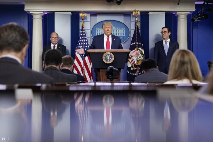 Donald Trump amerikai elnök sajtóértekezletet tart a washingtoni Fehér Házban 2020. július 2-án. Mellette Larry Kudlow az elnök gazdasági tanácsadója (b) és Steven Mnuchin pénzügyminiszter. Trump a munkaügyi minisztérium által nyilvánosságra hozott júniusi munkanélküliségi adatokat dicsérte amely szerint júniusban 48 millió új munkahely jött létre és ezzel 118 százalékra csökkent a munkát keresők aránya.