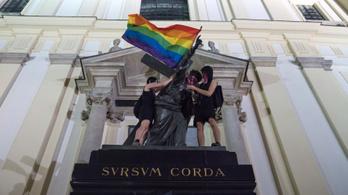 Vizsgálat indult a varsói emlékművekre kifüggesztett LMBT-zászlók miatt Lengyelországban