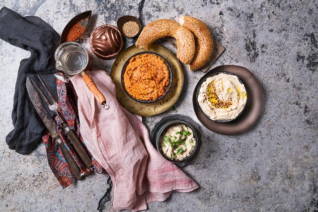 A vegetáriánus keleti deszkára nagyon jól illik a paprikakrém és a hummusz is, egy kis pitával vagy csíkokra vágott, falatokra tört lepénykenyérrel.