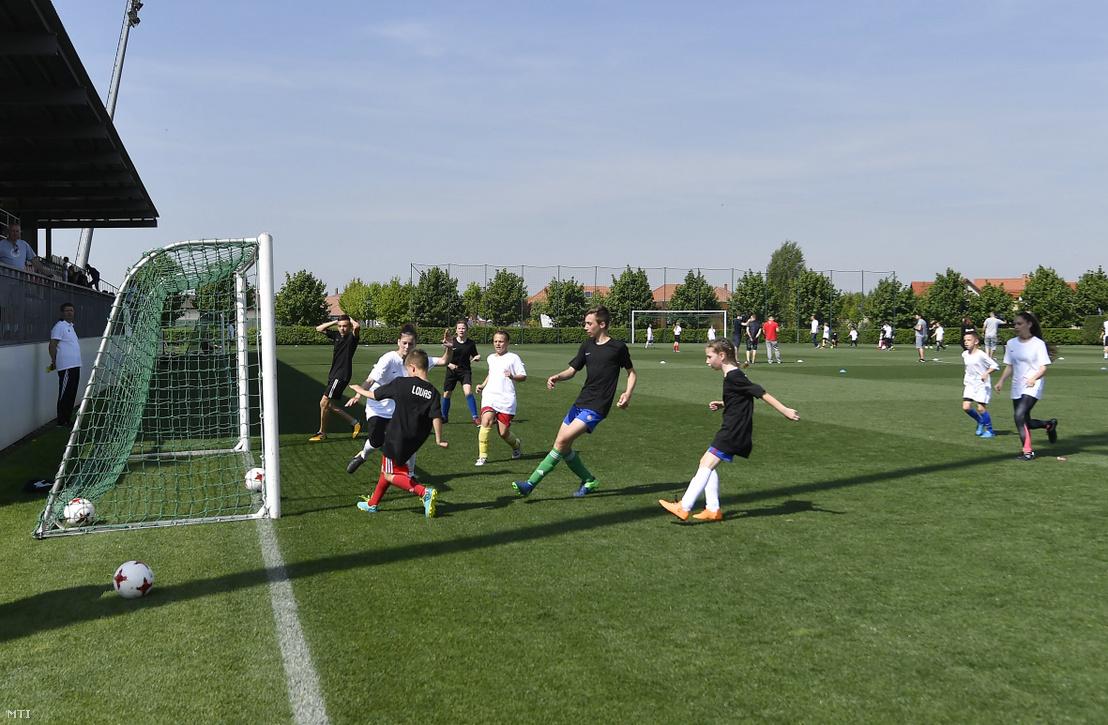 Az OTP Bozsik Bajnokok program keretében 10-14 éves gyerekek játszanak a Kelet - Nyugat labdarúgó-mérkőzés előtti bemelegítő meccsen a Magyar Labdarúgó Szövetség telki edzőcentrumában 2018. április 25-én.