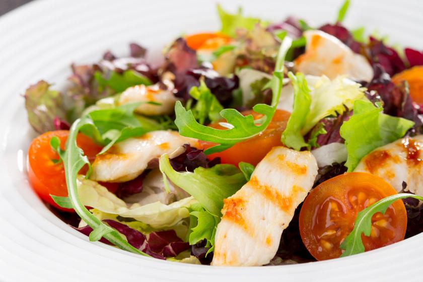 Könnyű, gyorsan összedobható csirkés saláta: jól hűtsd be tálalás előtt