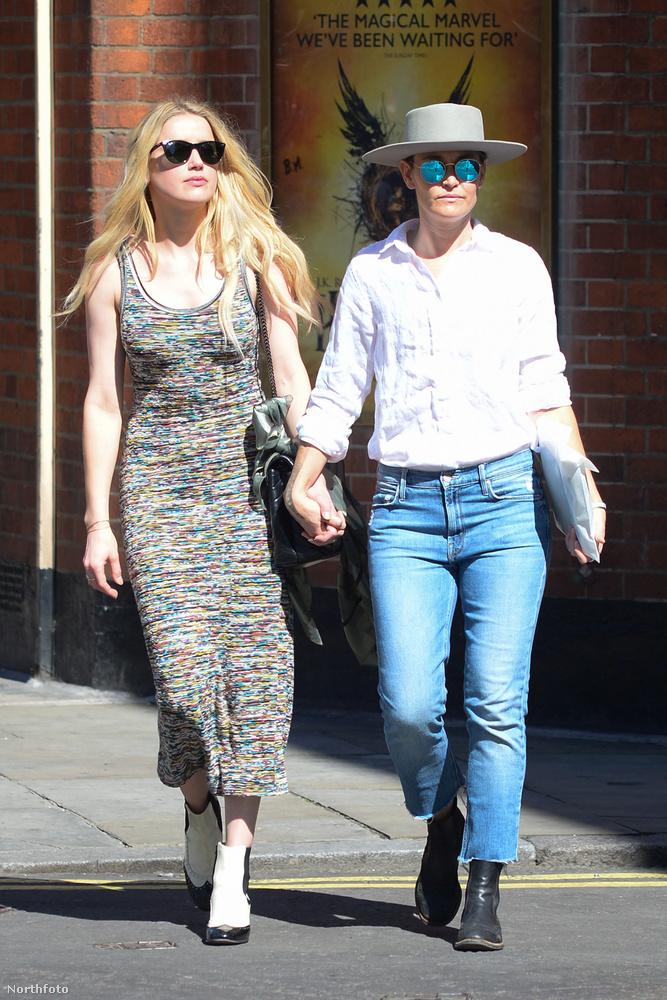 És bár Heard itt mintha a legnagyobb nyugalommal fogná barátnője kezét, minden jel arra mutat, hogy nincs még vége a közte és volt férje, Johnny Depp között dúló viszálynak, illetve jogvitának