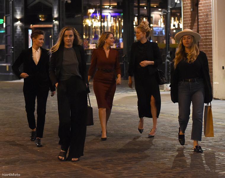 Íme Heardék társasága kedd este, Heard és Butti között ezen a képen a színésznő ügyvédje látható vörös ruhában.