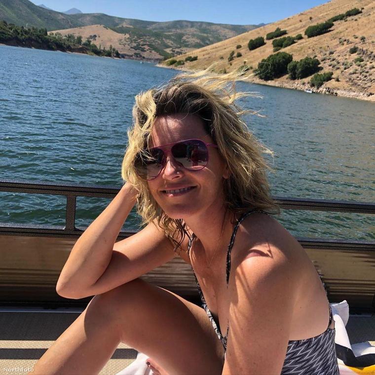Elizabeth Banks fürdőruhát öltve hajózgatott egyet a héten.