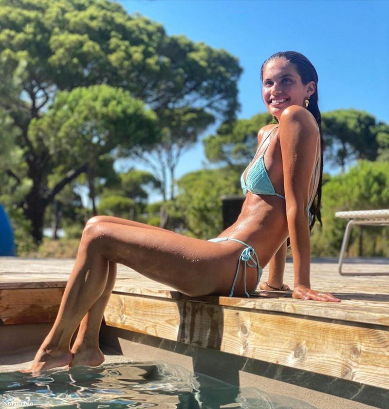 Sara Sampaio nagyon szeret élvezi az idei nyarat, így ismételten mosolygós, bikinis fotót közölt magáról.