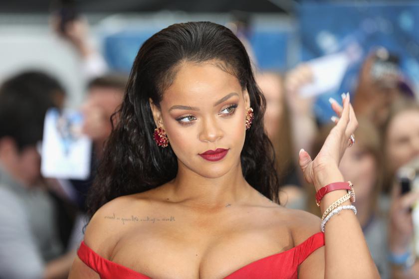 Rihanna combvillantós bőrruhát húzott: bomba formában van az énekesnő
