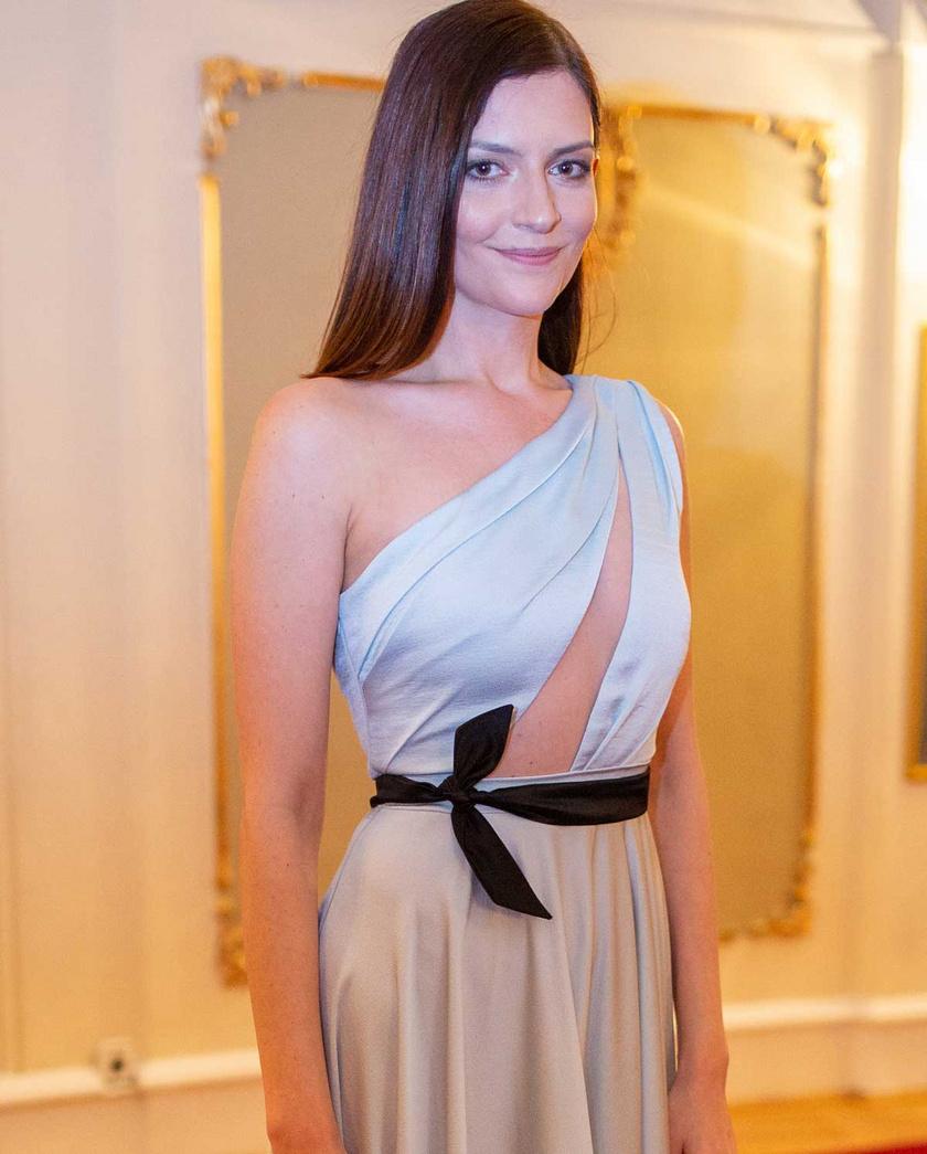 Idén márciusban az 5. Magyar Filmdíj-gálán egy gyönyörű Merő Péter-estélyit viselt.