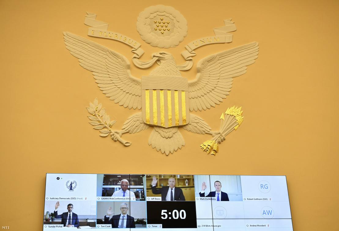 Sundar Pichai, Tim Cook, Mark Zuckerberg és Jeff Bezos esküt tesz a képviselőház igazságügyi bizottsága trösztellenes albizottsága előtti videokonferencián 2020. július 29-én.
