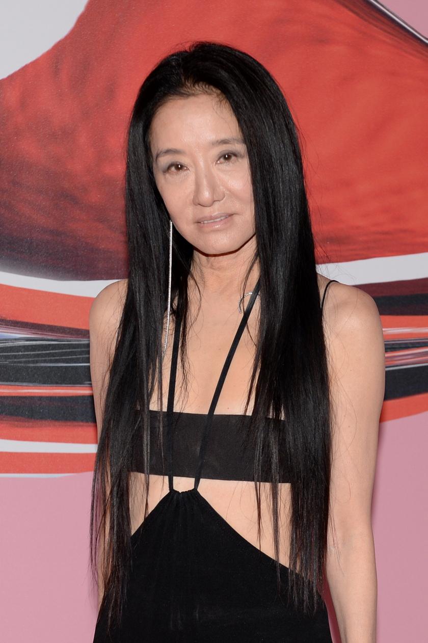 Vera Wang az egyetem után sokáig a Vogue-nál, majd néhány évig a Ralph Laurennél dolgozott. Negyvenéves volt, amikor megtervezte saját esküvői ruháját, és ezután határozta el, hogy új karrierbe kezd. Hamarosan szalont nyitott, és ma, 71 évesen a világ egyik leghíresebb divattervezője.