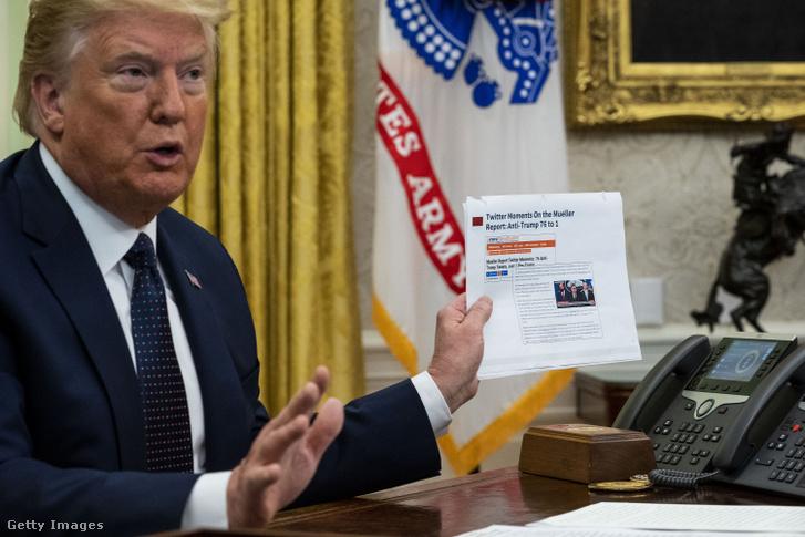 Donald Trump a Fehér Ház Ovális Irodájában 2020. május 28-án, mielőtt aláírja a közösségi platformokra vonatkozó szabályok felülvizsgálatáról szóló elnöki rendeletet.