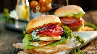 Grillezett halloumis burger savanykás, mentás paradicsomraguval
