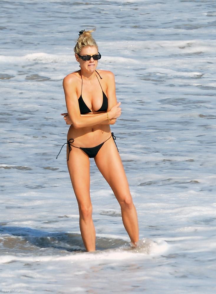 A fotók láttán egyértelműen az a benyomása keletkezik az embernek, hogy Charlotte McKinney nagyon hidegnek találhatta a vizet.
