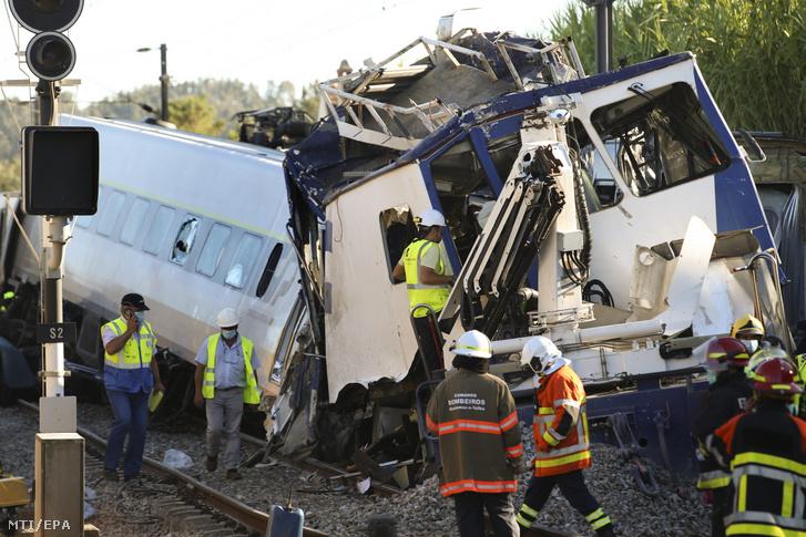 A mentőalakulatok tagjai a helyszínen 2020. július 31-én miután egy személyszállító vonat összeütközött egy karbantartást végző járművel