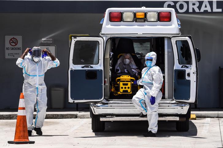Mentősök készítik elő szállításra a beteget a Coral Gables kórháznál, ahol a koronavírussal fertőzött betegeket kezelik Miamiban 2020. július 30-án