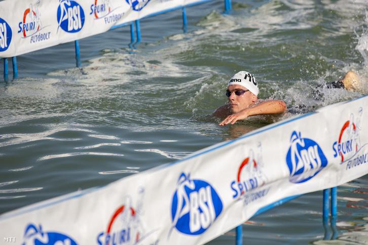 Rasovszky Kristóf a balatonboglári célban a 38. Lidl Balaton-átúszáson 2020. augusztus 1-jén. A 23 éves világbajnok úszó a Révfülöp és Balatonboglár közötti 5200 méteres távot új csúccsal kereken 57 perc alatt teljesítette.