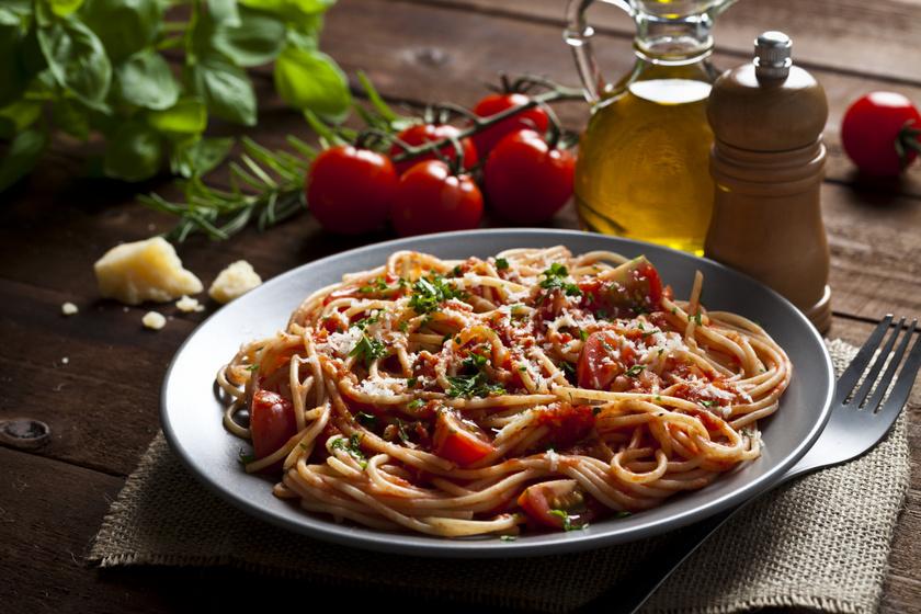 Az olaszok nagy kedvence 20 perc alatt: paradicsomos, bazsalikomos tészta parmezánnal meghintve