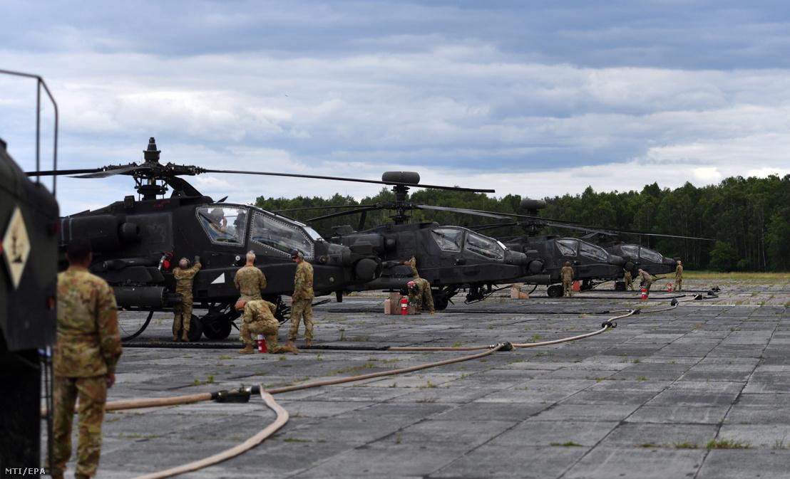 Amerikai AH-64 Apache típusú katonai helikopterek a NATO Defender Europe 20 Plus elnevezésű nemzetközi hadgyakorlaton a lengyelországi Drawsko Pomorskiében lévő Ziemsko repülőtéren 2020. június 15-én