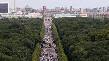 Több ezres tüntetést tartottak Berlinben a járványügyi korlátozások ellen