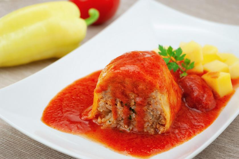 A zamatos, laktató töltött paprika a magyar konyha hagyományos étele, ami nyáron, friss hozzávalókból a legfinomabb. Nagy mennyiséget is könnyen főzhetsz belőle. Ne töltsd túl szorosan a paprikát a húsos masszával, mert akkor szétrepedhet. A paradicsomos mártást érdemes zöldfűszerekkel tuningolni.