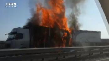 Méteres lángokkal égett egy kamion a völgyhídon, az útburkolat is megsérült