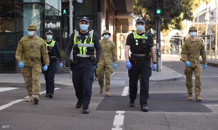 Katonák és rendőrök járőröznek Melbourneben 2020. augusztus 2-án, miután bejelentették az új korlátozások bevezetését.