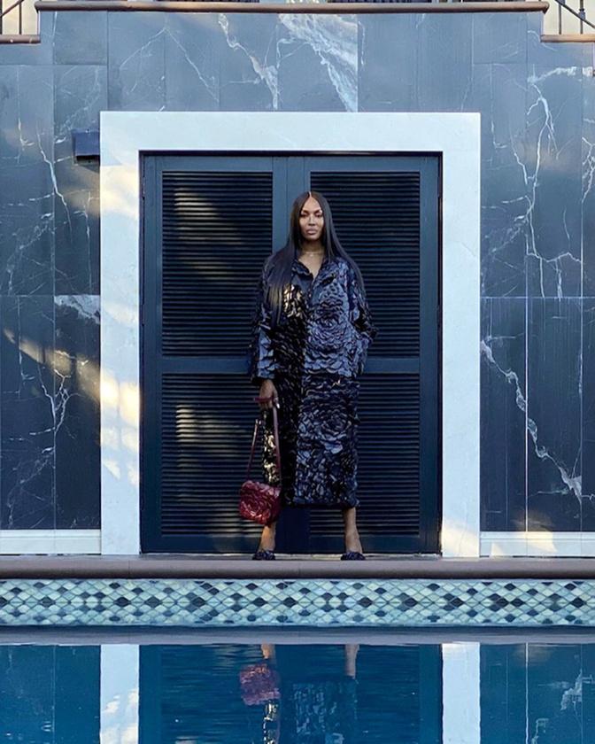 A következő szereplő Naomi Campbell, aki ezúttal jóval rétegesebben öltözködött, mint múltkor az aluljáróban.