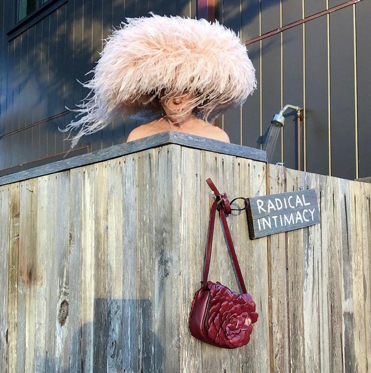 Ugyan inkognitóban, de Frances McDormand színésznő is feltűnt a sorozatban, amelynek esetében nem csak egy csinos Valentino táska volt kötelező kelléke, de a radikális intimitás felirat is.