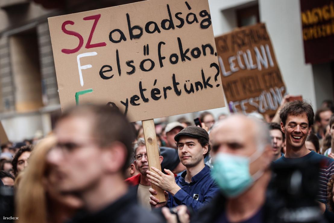 A Színház- és Filmművészeti Egyetem diákjainak tüntetése az egyetemük modelljét átalakító törvényjavaslat ellen 2020. június 21-én
