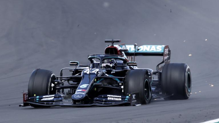 Hamilton iszonyú szerencsével, defektes gumival nyerte a Brit Nagydíjat