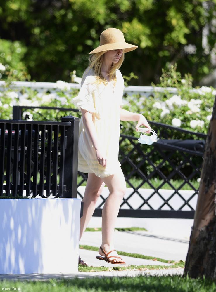 Nem könnyű felismerni manapság a hírességeket, de ő Elle Fanning színésznő, csak nem látszik belőle sok minden.