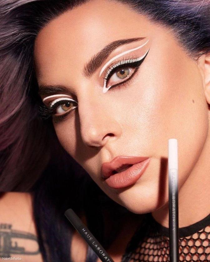 Lady Gaga a sminkcuccait reklámozta az Instán a hétvégén, ezzel a képpel.
