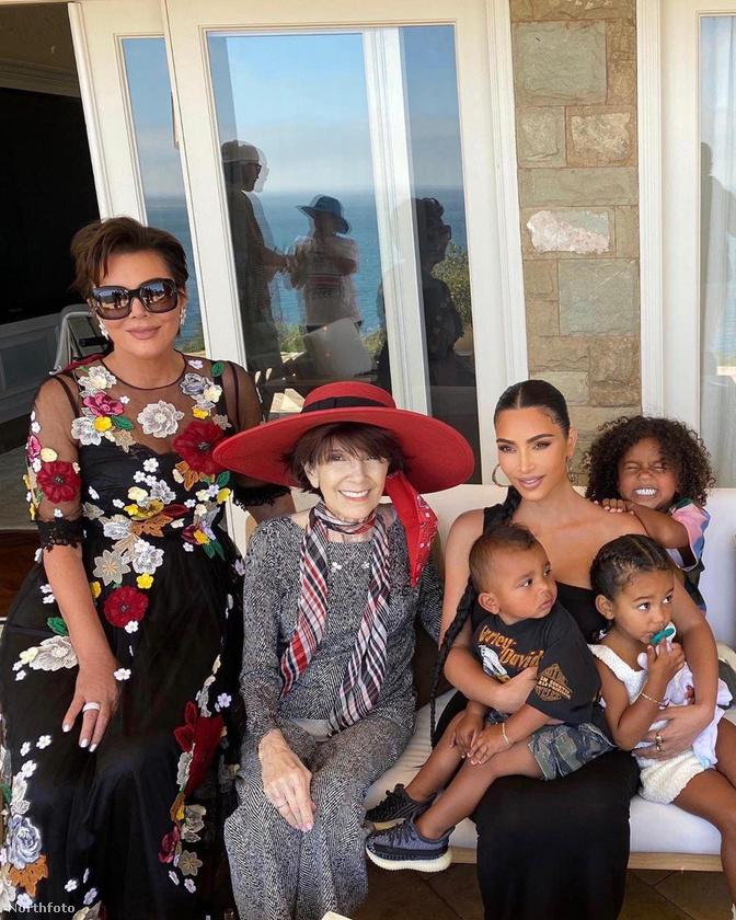 De közben meg nagy ünneplés volt a családban, itt Kim Kardashian a középen kalapban látható nagymamája, Mary Jo 86