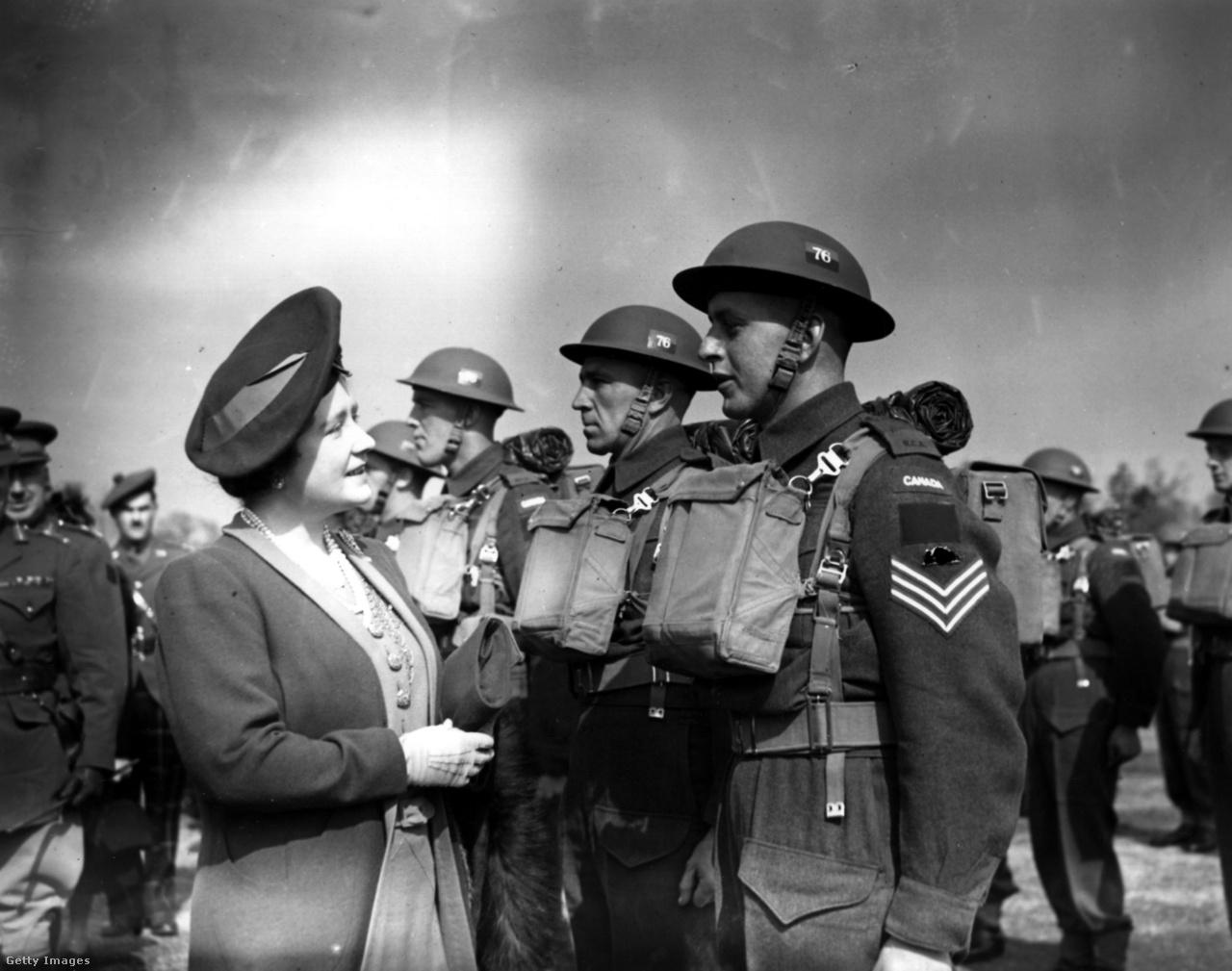 Erzsébet királyné 1942. április 25-én szemlét tart a kanadai hadsereg alakulatai fölött. A királyné a háborús években nemcsak a bombázás sújtotta negyedeket és városokat látogatta végig, hanem a csapatokat, a kórházakat és a gyárakat is. Korábban egyetlen királyné sem örvendett hasonló közszeretetnek, mivel a viselkedése szokatlanul közvetlen és barátságos volt. 1939 szeptemberében a király az ő segítségével tudta legyőzni idegességét és dadogását, és elmondani élete legfontosabb rádióbeszédét, amiben bejelentette a háború kitörését. A király beszéde című Oscar-díjas filmben (2010) a királynét Helena Bonham Carter alakította.