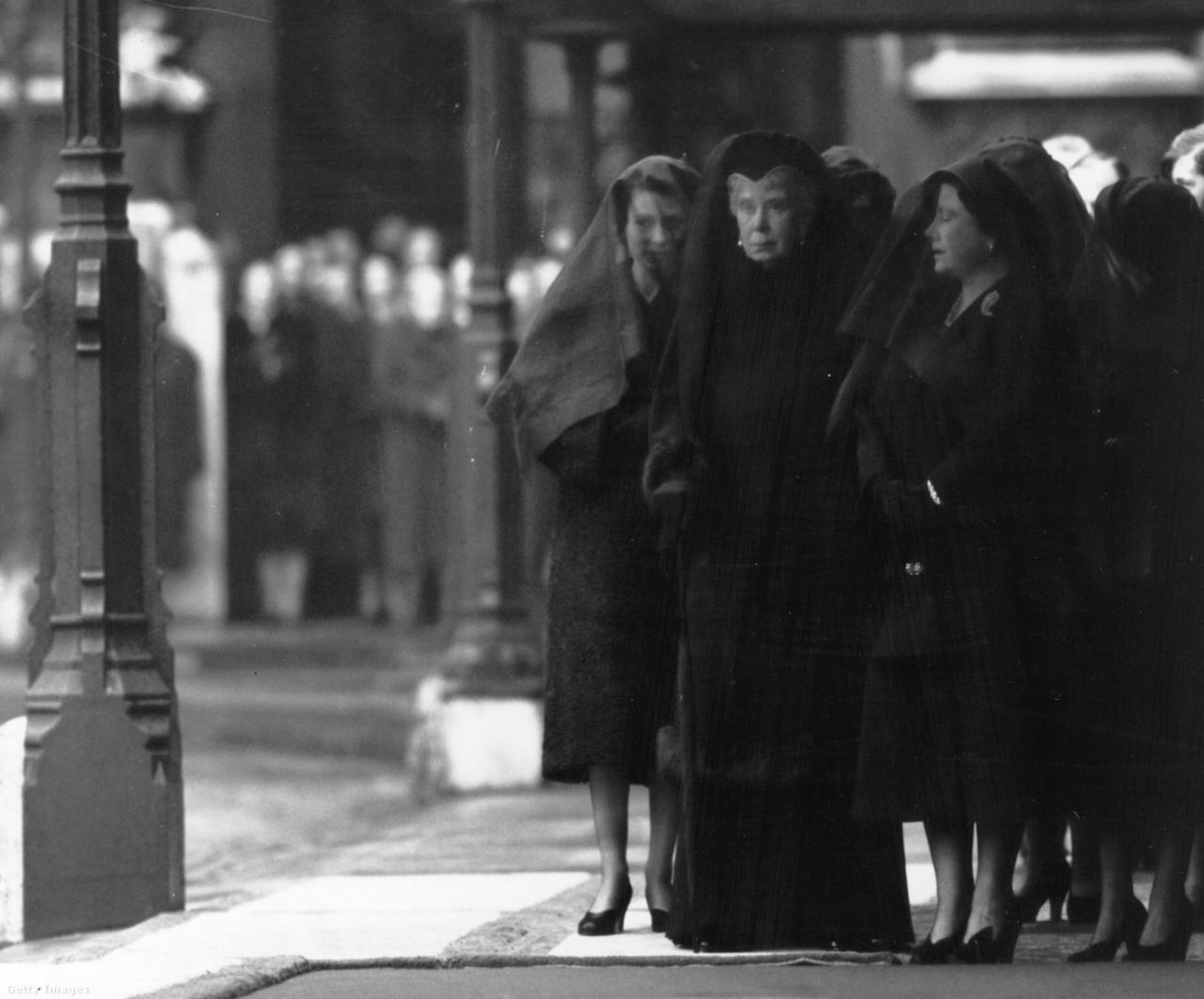 Férje halála porig sújtotta Erzsébetet, aki először Skóciába menekült a gyászával. VI. György király temetésén 1952. február 15-én három királyné jelent meg: a fiatal II. Erzsébet, Erzsébet anyakirályné, és az elhunyt uralkodó édesanyja, Mária királyné. Mária egy évvel később, 1953. március 24-én halt meg 85 éves korában, néhány héttel unokája koronázása előtt.