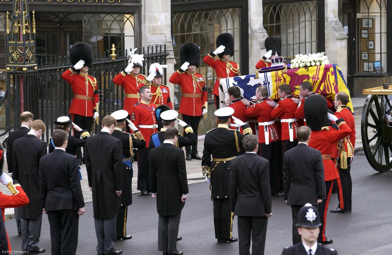 Az anyakirályné temetése 2002. április 9-én, a koporsó előtt a királyi család tagjai tisztelegnek. Erzsébet életének utolsó időszakára árnyékot vetett egy tragédia: februárban meghalt kisebbik lánya, Margit hercegnő. Erzsébet hetek óta makacs légúti fertőzéssel küzdött és el is esett, de nem lehetett lebeszélni róla, hogy elmenjen lánya búcsúztatására, végül helikopterrel vitték Sandringhamből a windsori kápolnába, ahol tolószékben ülte végig a gyászmisét. Néhány héttel később ő maga is elhunyt. A halottaskocsi előtt a Westminteri apátságból Windsorig vezető úton egymillió ember rótta le tiszteletét.