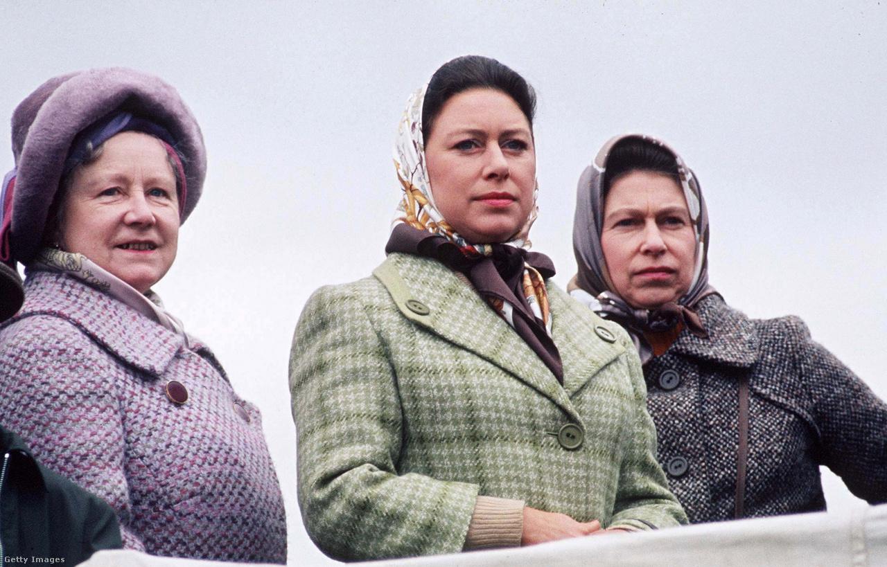 Anya és lányai: Erzsébet a királynővel és Margit hercegnővel 1973-ban, a Badminton lovastusa-versenyen. II. Erzsébet édesanyjától örökölte rajongását a lovak és a lósport iránt. Az anyakirályné 457 versenygyőztes ló tulajdonosa volt, az elsőt 1949-ben vásárolta egy neves zsoké, Lord Mildmay of Flete rábeszélésére, aki mellette ült egy vacsorán, és felébresztette az érdeklődését a sport iránt. Mildmay hamarosan baleset áldozata lett, de barátja, Peter Cazalet húsz évig volt az anyakirályné lovainak trénere. Erzsébet az 50-es és a 60-as években sok időt töltött Cazalet fairlawne-i birtokán.