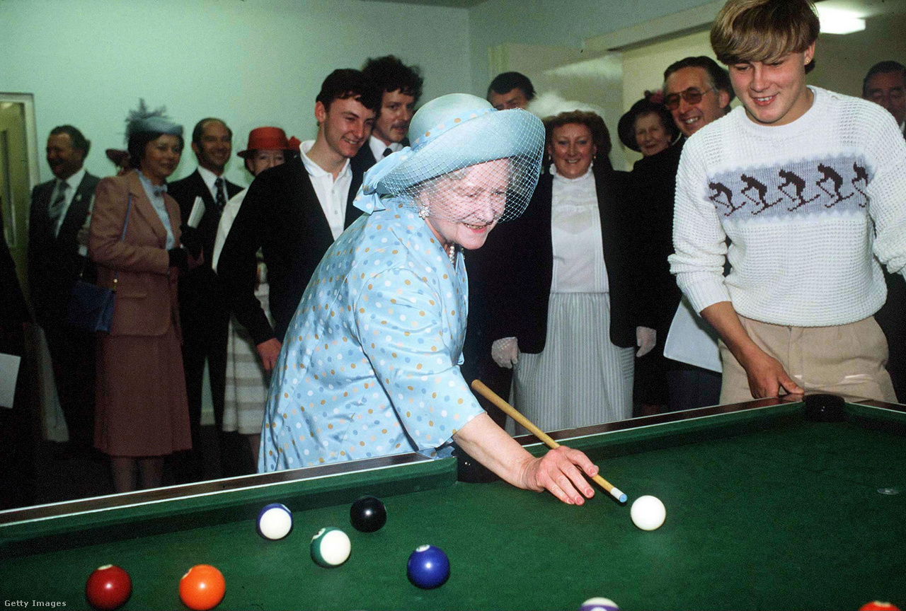 Az anyakirályné biliárdozik a Maufant Ifjúsági Központban, Jersey szigetén 1984-ben. Erzsébet késő öregkorában is jó kedélyű, életerős és egészséges marad, bár tengerentúli utazásokra már ritkábban vállalkozott, de még 1989-ben is ellátogatott Kanadába, első ottani látogatása 50. évfordulóján. Lányához hasonlóan közkedveltségének fontos tényezője volt, hogy hosszú közszereplői pályafutása során soha nem nyilvánított politikai véleményt, pártszimpátiáit csak találgatni lehetett, és vitatott közéleti témákban sem szólalt meg. Azt az uralkodói szerepmodellt, ami elsősorban az emberekkel való közvetlen kapcsolat ápolására helyezi a hangsúlyt, és ami máig a brit monarchia sikeres működésének az alapja, tulajdonképpen ő alakította ki.