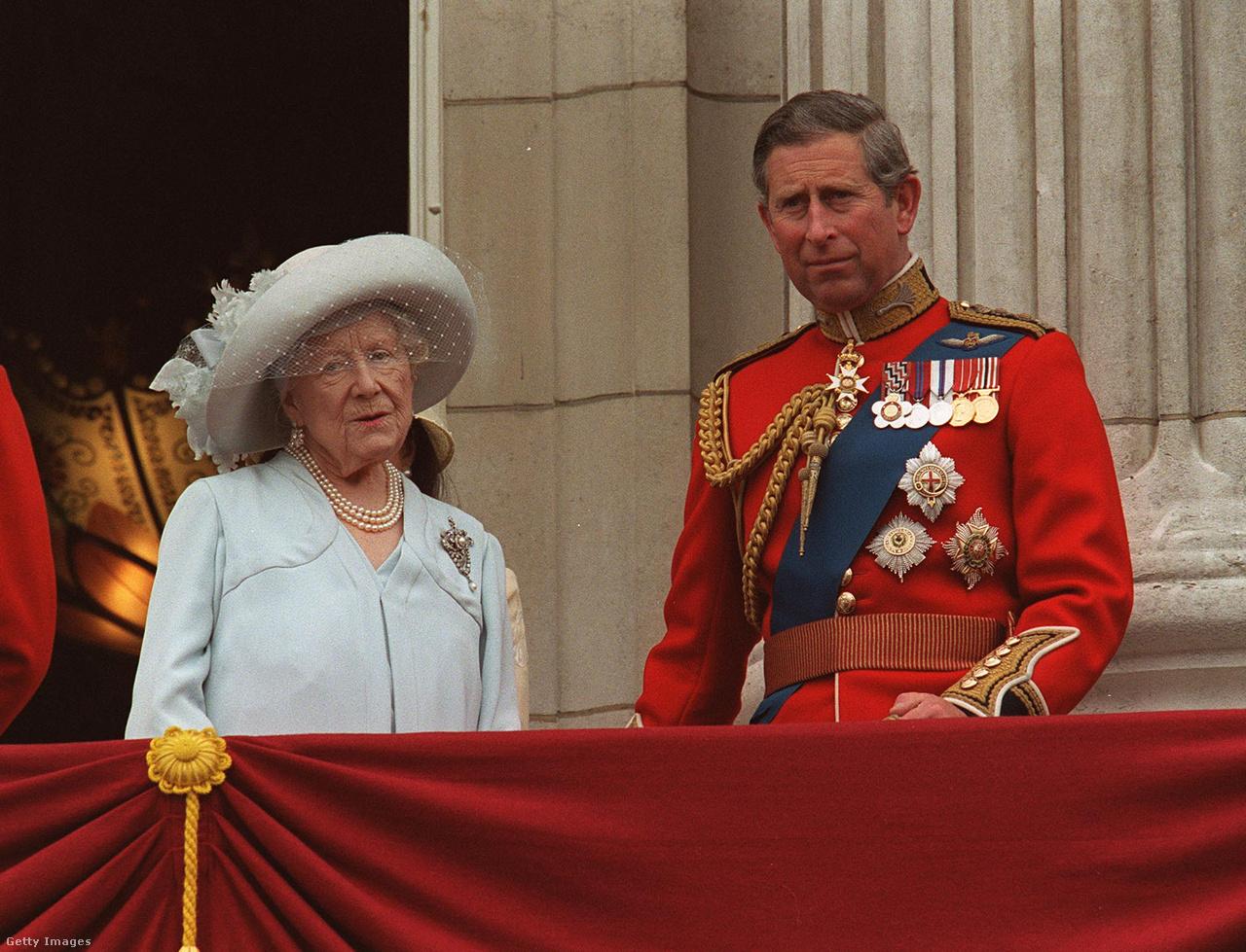 """Károly walesi herceggel az 1999-es Trooping the Colour ceremónián. A trónörökös számára nagyanyja jelentette az igazi anyafigurát, mivel II. Erzsébet idősebb gyerekeivel meglehetősen hűvös és távoli kapcsolatban volt. Egy 2017-es dokumentumfilmben Károly úgy fogalmazott, hogy """"mindent ő jelentett számomra"""", és """"egészen egyszerűen ő volt a legcsodálatosabb nagymama, akit csak el lehet képzelni"""". Intellektuális kapcsolatuk is erős volt, Károly például nagyanyjának köszönhette érdeklődését a tibeti buddhizmus iránt. A walesi herceg komoly természetét ellenpontozta az anyakirályné híres életvidámsága. """"Mindig meglátta az élet vicces oldalát, sokszor olyan nagyokat nevettünk, hogy a könnyeink potyogtak. Nagyon hiányoznak ezek a közös nevetések"""" - mondta Károly nagyanyja halála után. A herceg később azt mondta, nem tudta elképzelni, hogy nagyanyja meghaljon, mert egész életében """"lenyűgözően megállíthatatlannak tűnt."""" A skóciai Mey kastélyt és az anyakirálynő londoni otthonát, a Clarence House-t Károly örökölte, aki 2003-ban át is költözött ebbe a rezidenciába."""