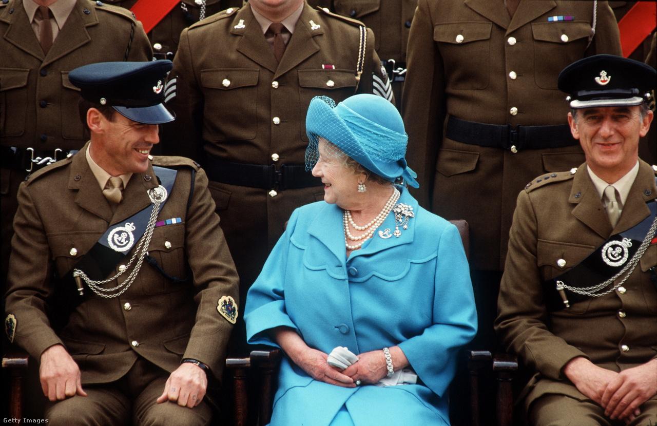 Az anyakirályné a könnyűgyalogság két tisztjével 1989-ben egy látogatáson a St John Moore Barracks laktanyában. Erzsébet megőrizte a háborús időkben kialakított szoros kapcsolatait a hadsereggel, 1968-tól élete végéig a könnyűgyalogság ezredtulajdonosa volt, de számos más tiszteletbeli katonai rangot is viselt.