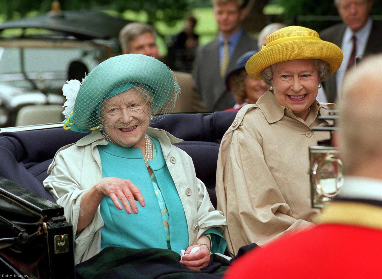 Az anyakirályné és II. Erzsébet nem sokkal a 98. születésnapja előtt Sandringhamban, a királyi család angliai vidéki otthonában, úton a templom felé egy nyitott hintóban. Erzsébetet élete utolsó évtizedeiben a brit történelem élő jelképének tekintették. Bár egyre kevesebben maradtak, akik még látták őt a háború éveiben, a személye mégis megtestesítette a történelmi folyamatosságot a lassan elhomályosuló múlttal. A százéves korhoz közeledve minden idők leghosszabb életű királyi hitvesének számított.